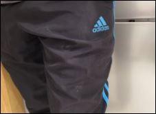 Eine Trainingshose der Marke Adidas